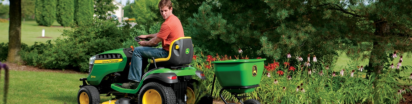 Mujer manejando tractor de jardín